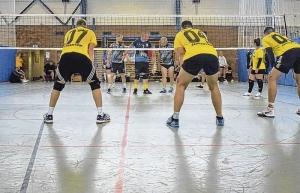 Volleyballer schmettern in Neubrandenburg