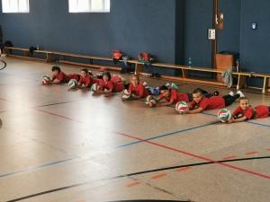 Junge Volleyballerinnen im Trainingslager